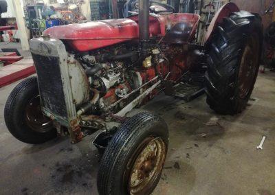 Kuva traktorin entisöinnistä, ennen kuin se on valmis.