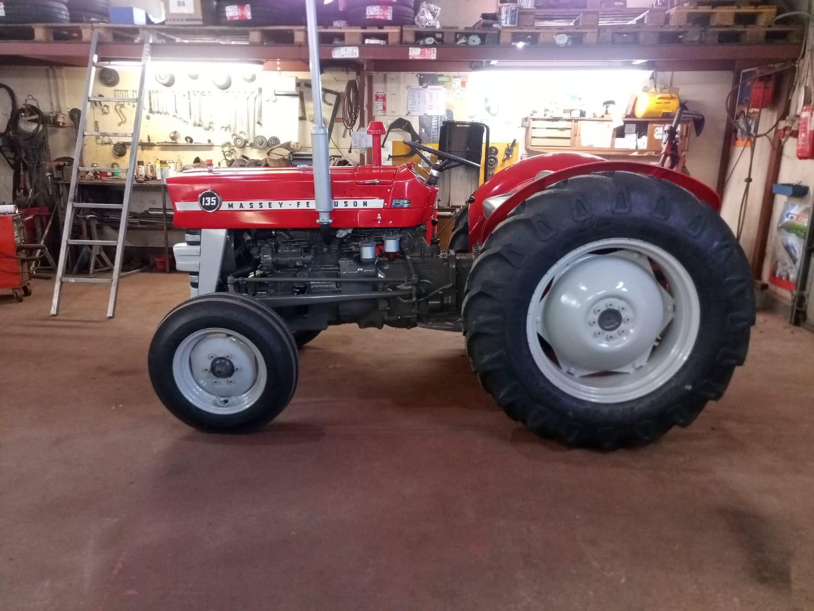 Marive Oy entisöi traktorit Himangalla, kuvassa MF135.